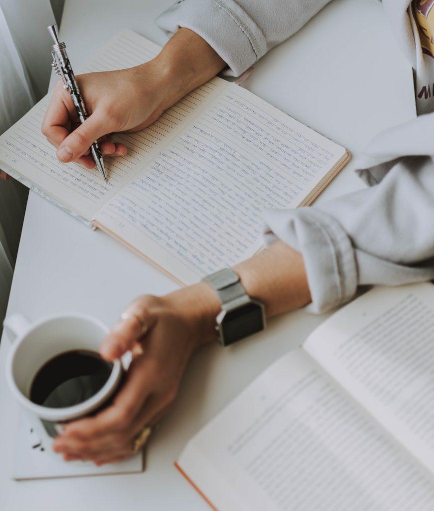 Tomando notas con una buena taza de café