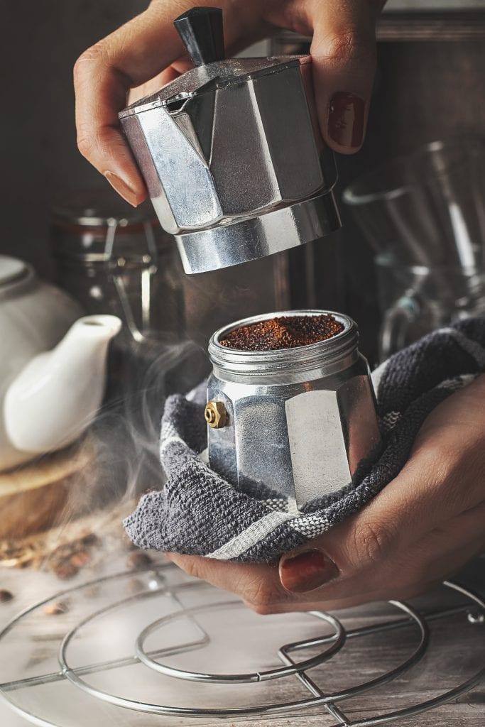 Usa una toalla o mitones para proteger tus manos cuando enrosques la greca.