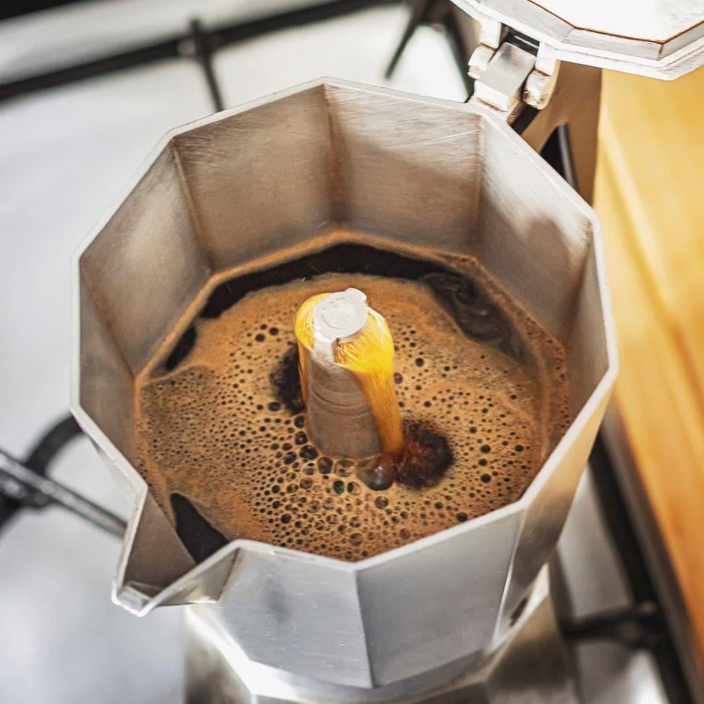 El café está listo cuando sale un líquido más burbujeante y de color dorado